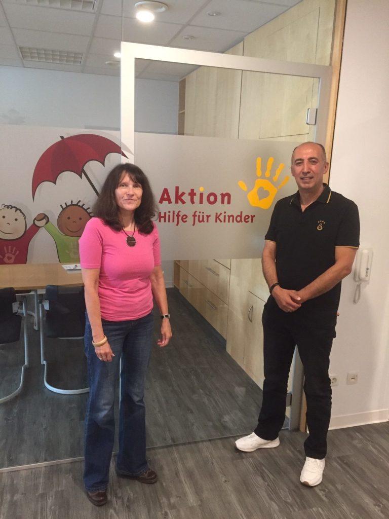 Meike Rasch, Geschäftsführerin von Aktion Hilfe für Kinder, mit Herrn Küsneci von Galatasaray Sport- und Fanclub Bremen e.V.